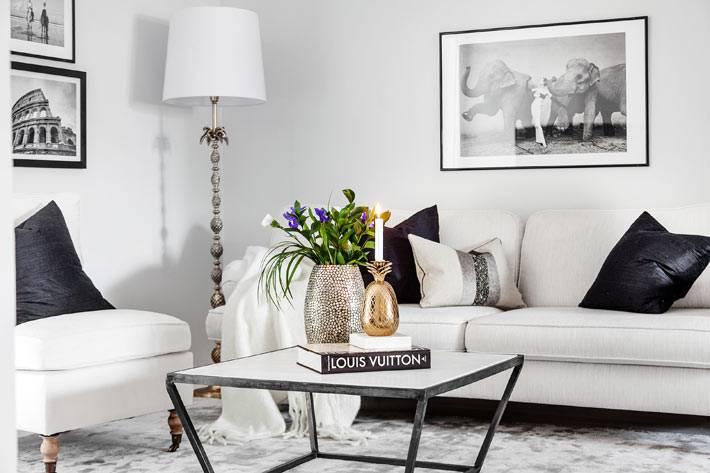 белая мебель и белый торшер в дизайне интерьера гостиной