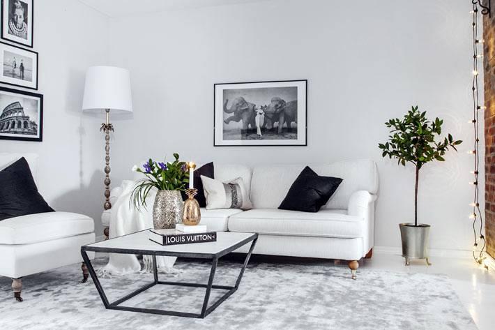 черно-белый конусный журнальный столик в белой гостиной