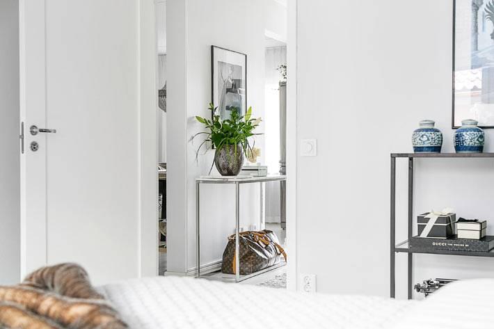 абсолютно белый интерьер квартиры с белой мебелью