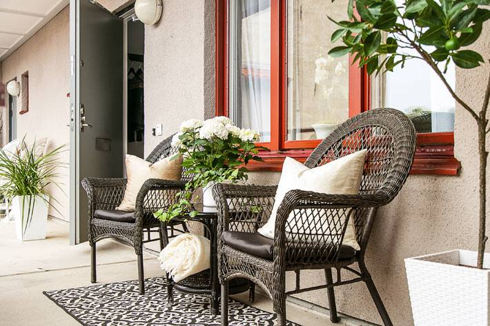 плетеная ротанговая мебель на балконе квартиры фото