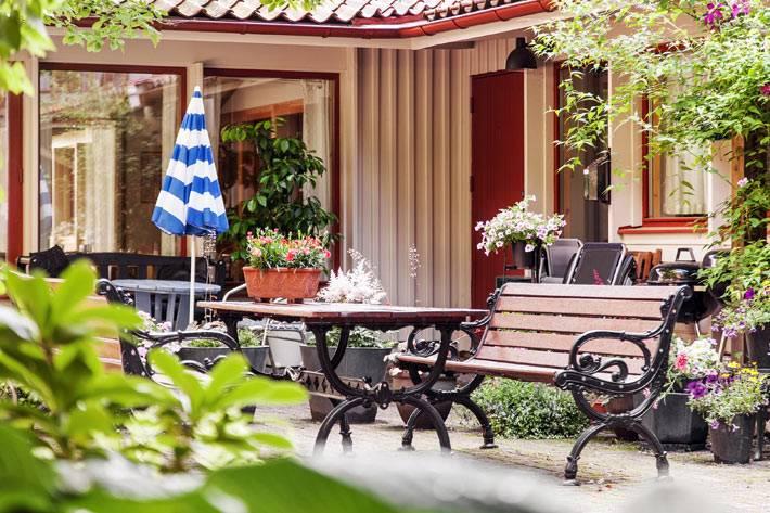 красивый и уютный дворик во многоквартирном доме фото