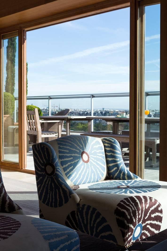 большие окна на террасу в интерьере квартиры в Париже