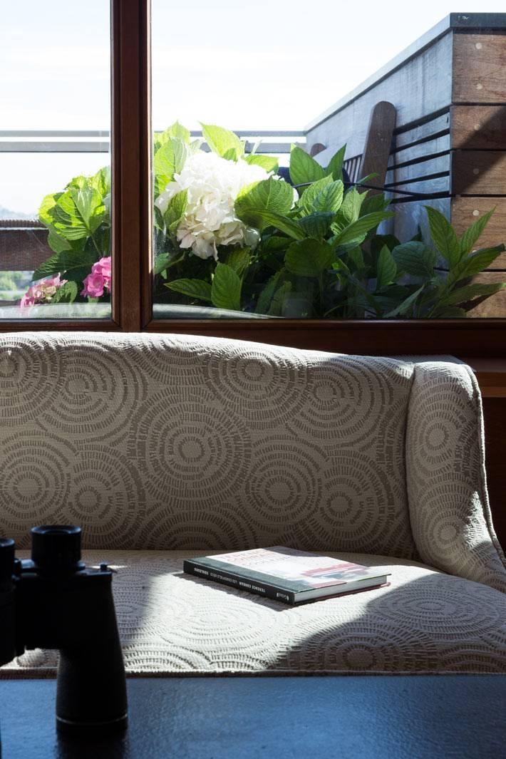 уютный диван в интерьере квартиры в Париже фото