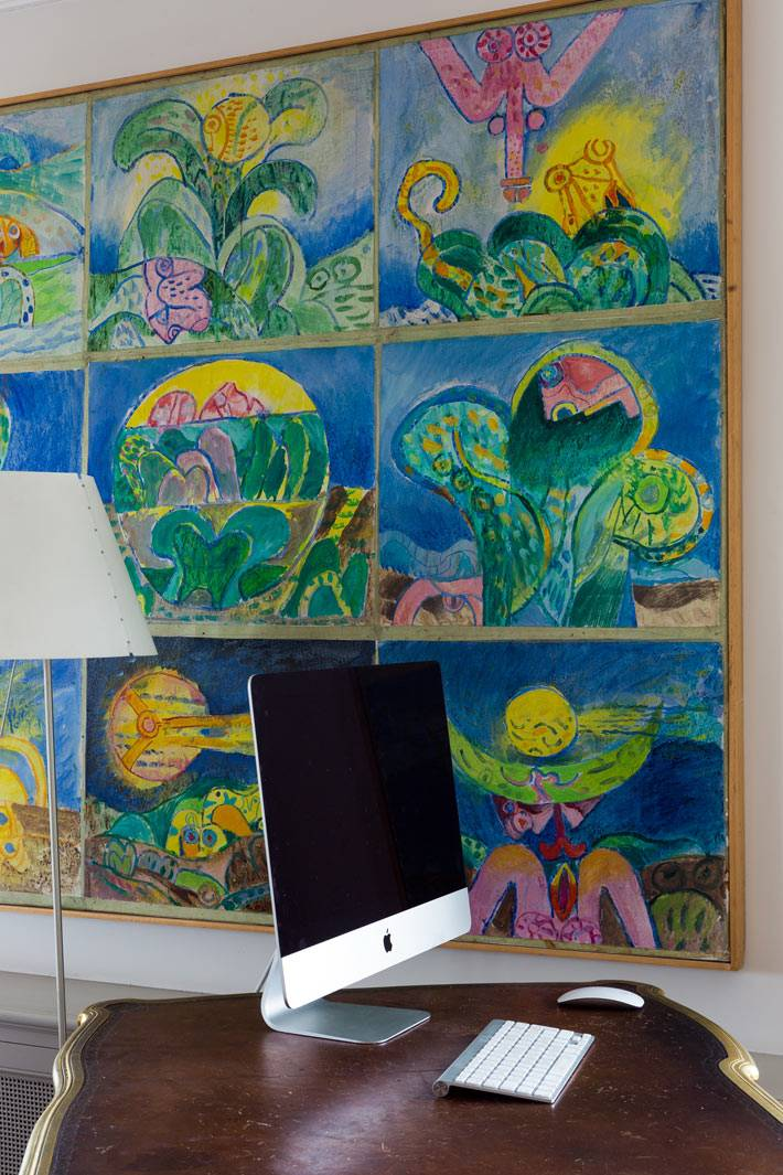 большая яркая картина возле рабочего места в квартире в Париже