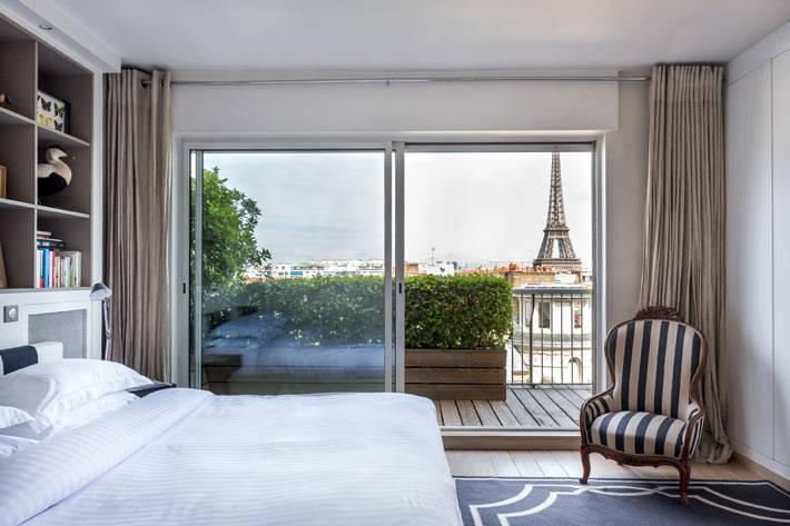 красивый дизайн спальни с видовыми окнами на Париж