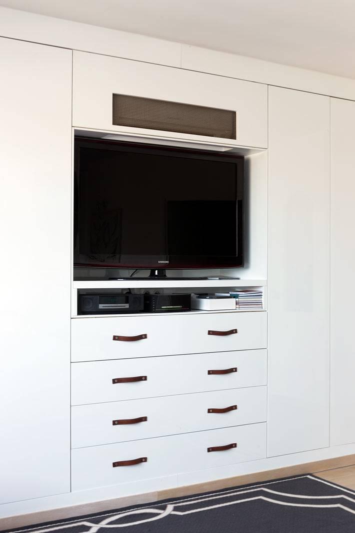 белый шкаф в спальне с нишей под телевизор фото