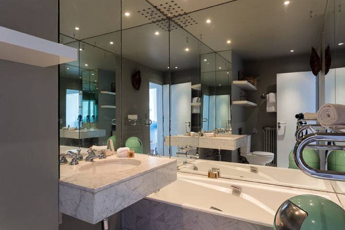 зеркальная стена в интерьере ванной комнаты фото