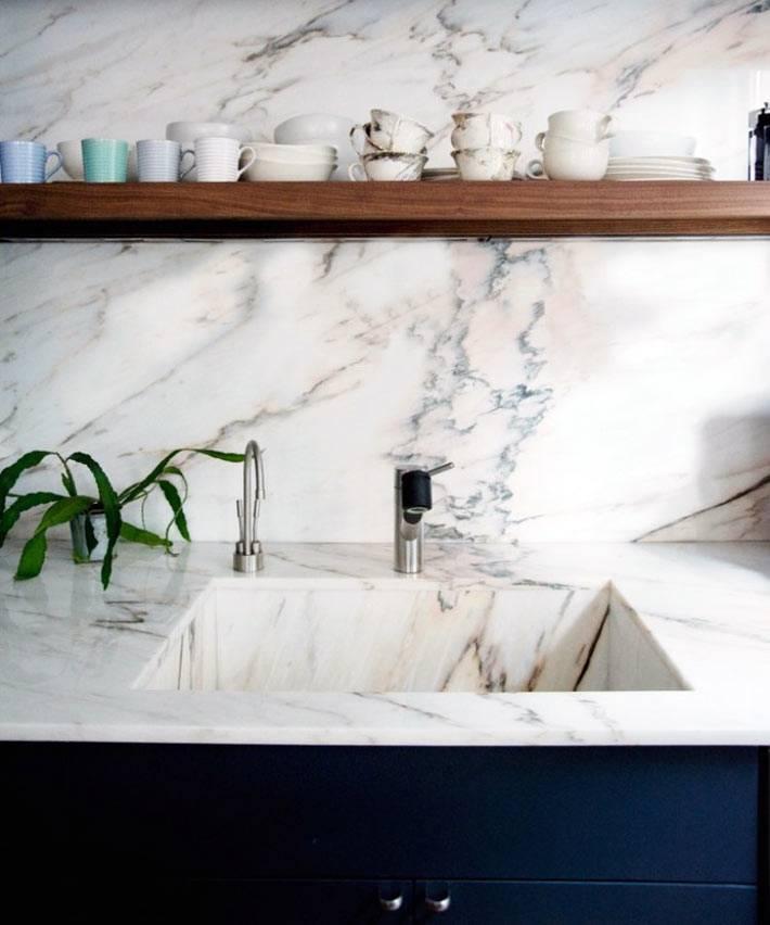 мраморная стена на кухонном фартуке фото