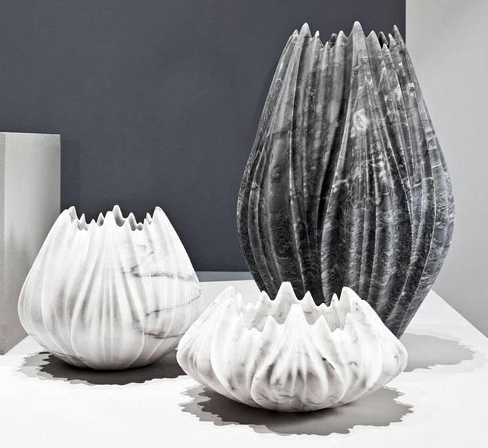 мраморные вазы неправильной формы в декоре дома