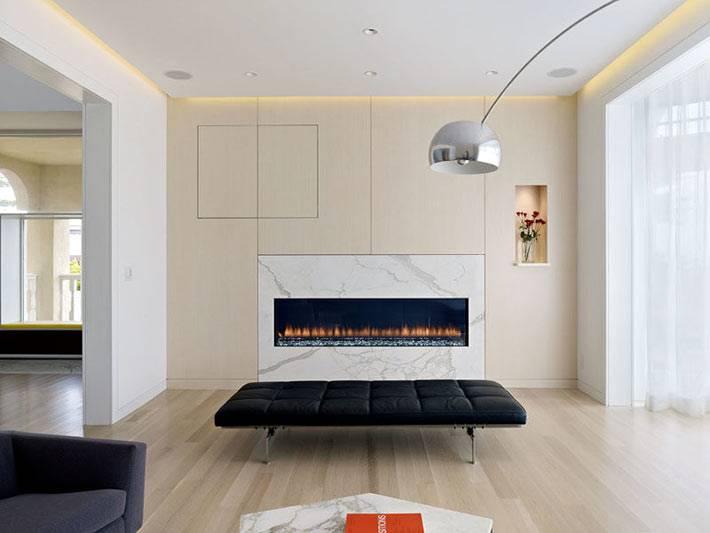 мраморный портал камина с живым огнем в доме