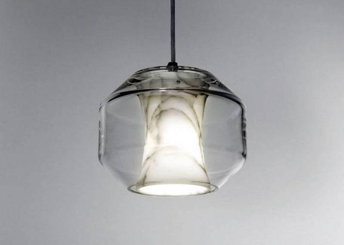 мраморная люстра под стеклянным плафоном на потолке