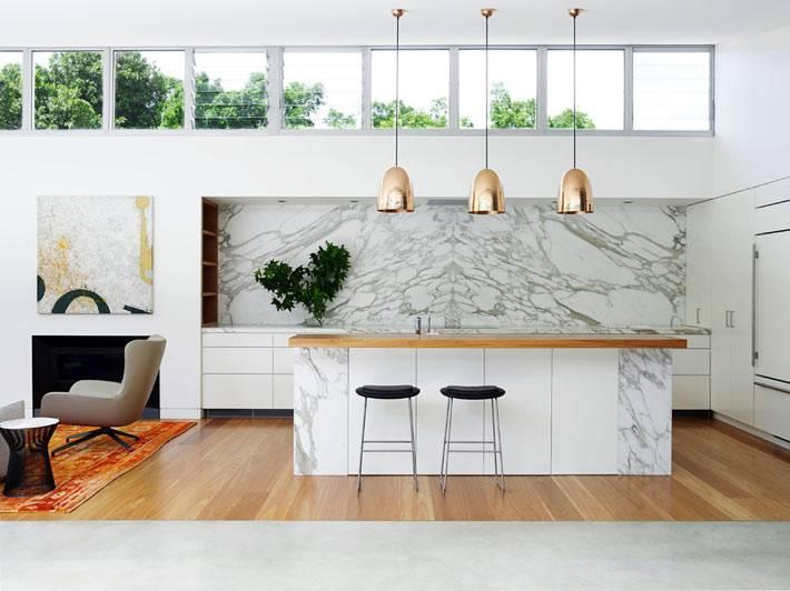 современная кухня с мраморным фартуком над рабочей поверхностью