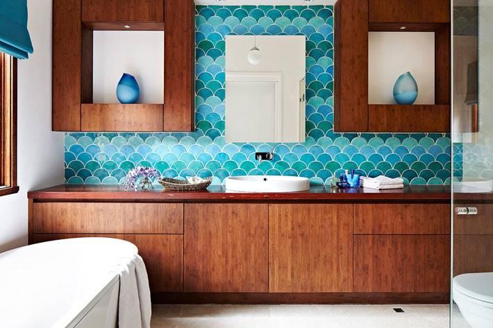 красивая голубая плитка рыбья чешуя в интерьере ванной