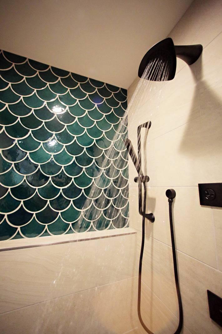 облицовка ванной плиткой рыбья чешуя в сочетании с белой плиткой фото