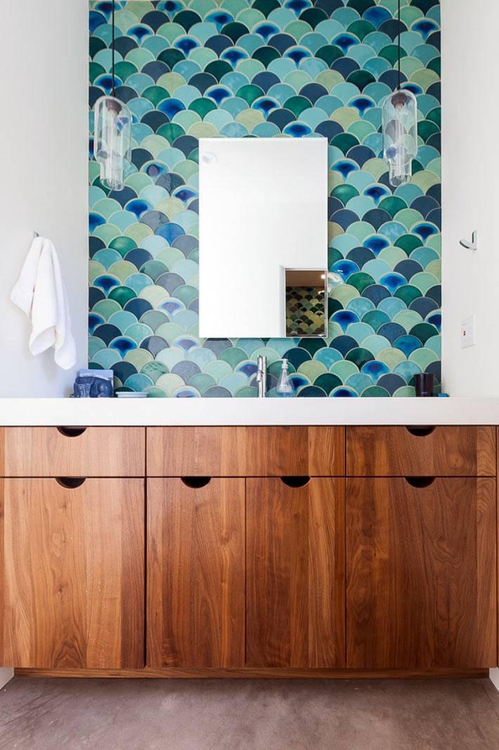 сине-голубая плитка рыбья чешуя в интерьере ванной