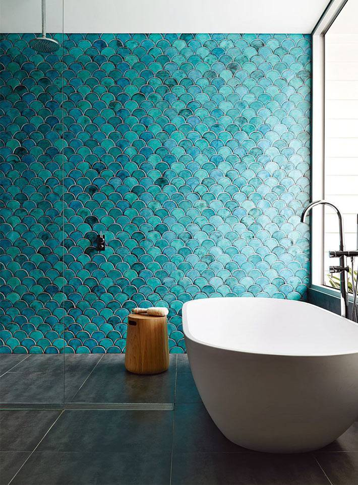 бирюзовая плитка рыбья чешуя в дизайне ванной фото