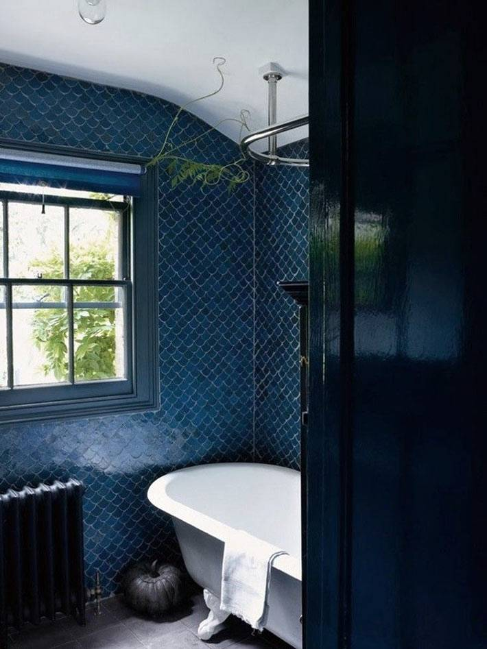 темно-синяя плитка рыбья чешуя в интерьере ванной комнаты