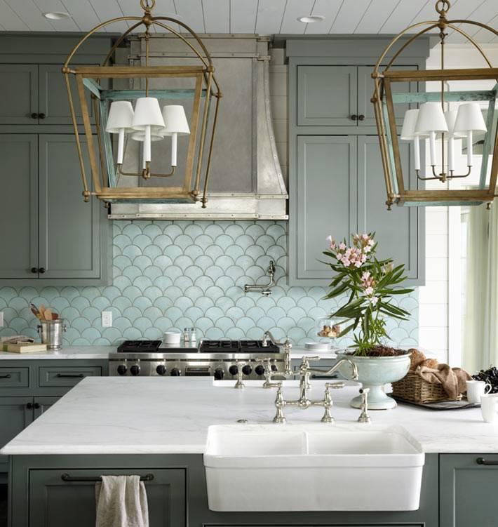 красивый дизайн кухни с плиткой рыбья чешуя на фартуке