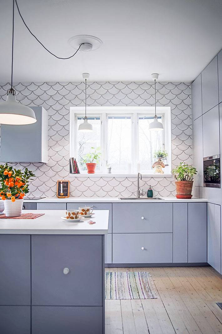 белая плитка рыбья чешуя в дизайне кухни фото