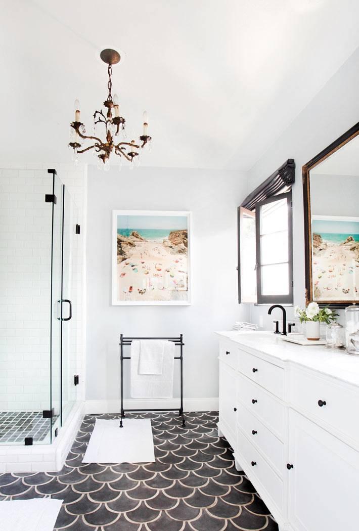 плитка рыбья чешуя на полу интерьера ванной комнаты