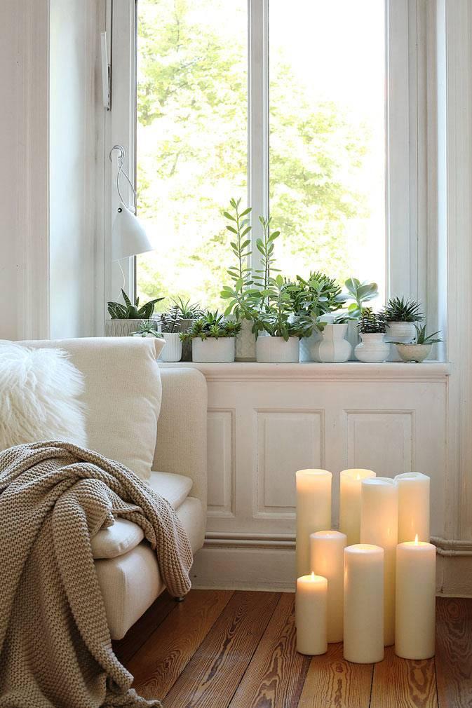 большие белые свечи на полу в комнате