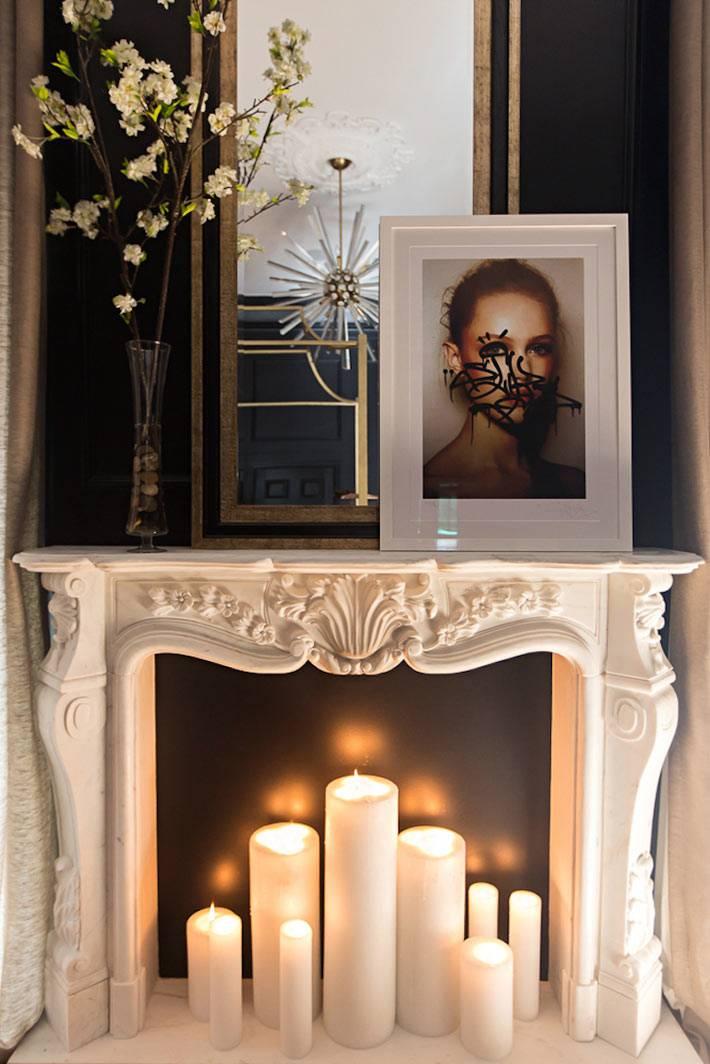 декоративный камин со свечами в темном интерьере