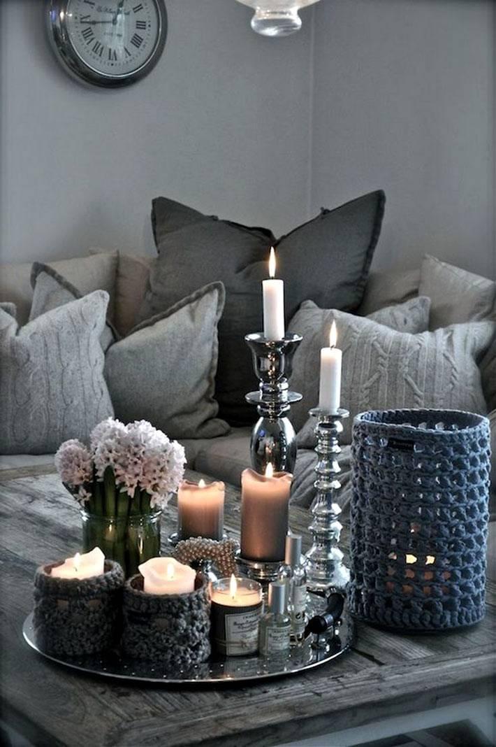 красивая композиция со свечами на журнальном столике в интерьере