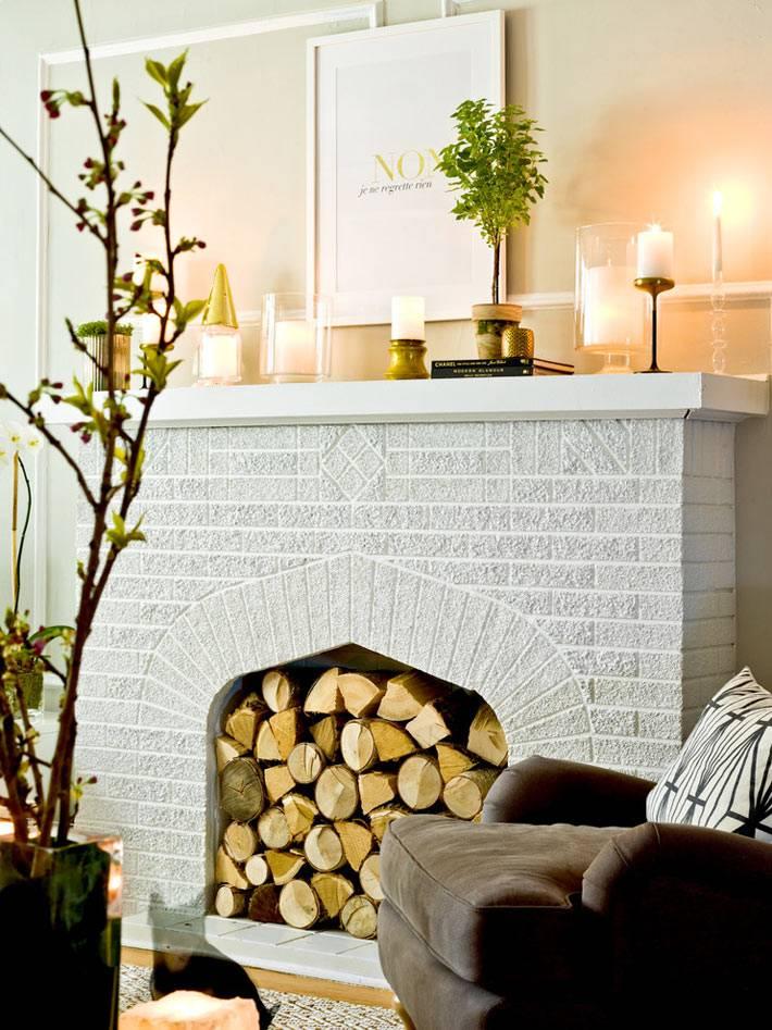 красивый декоративный камин в интерьере со свечами
