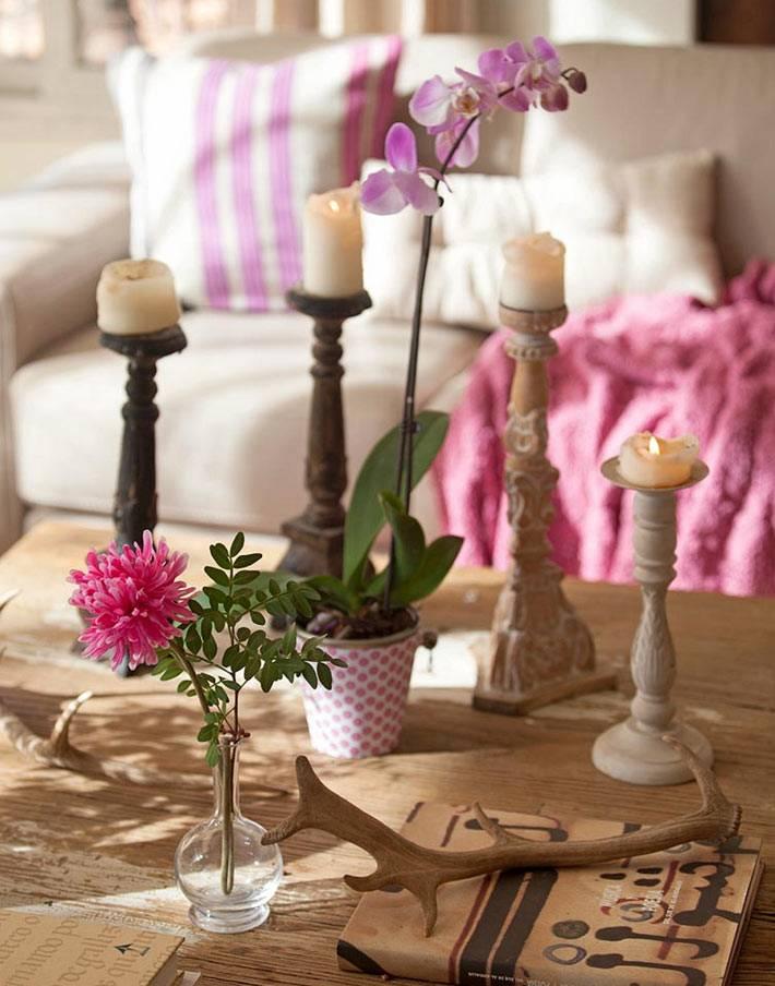 особая атмосфера в интерьере комнаты со свечами