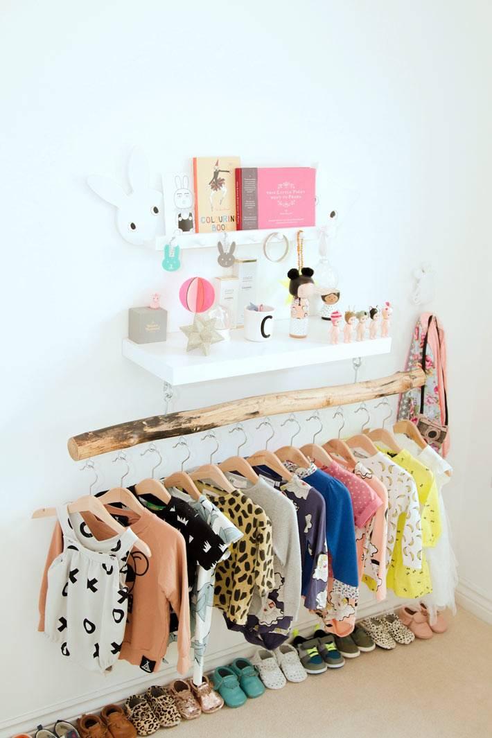 красивые идеи хранения детской одежды на деревянной ветке