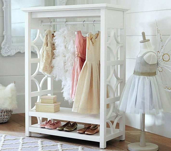 красивый способ хранения детских платьев в интерьере комнаты