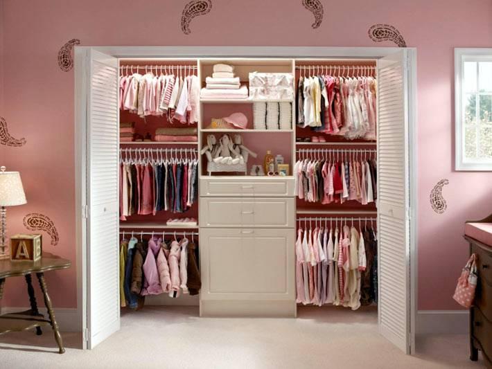большой шкаф для детской одежды в нише комнаты фото
