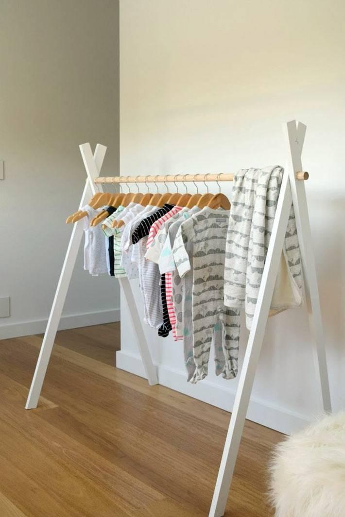 маленький вигвам с вешалками для одежды фото