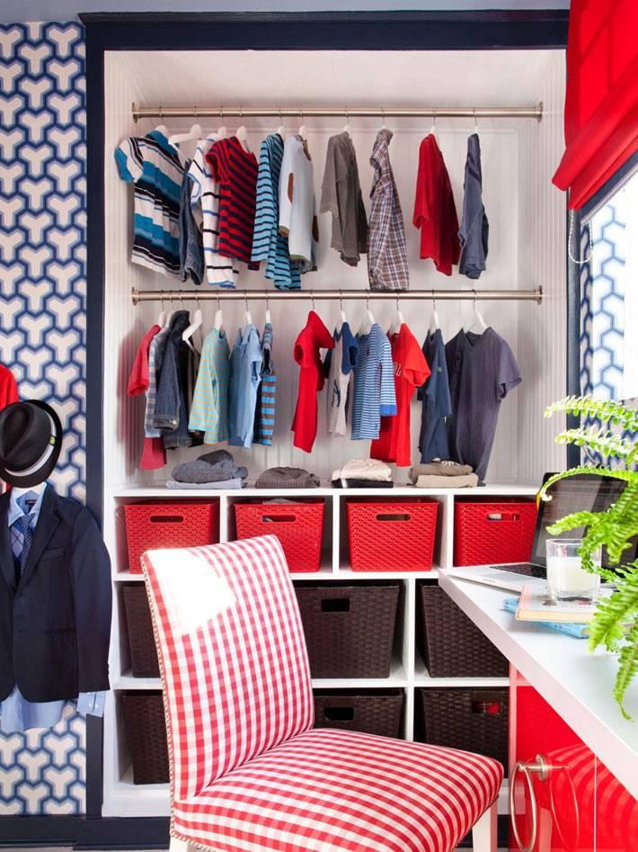 открытая ниша с вешалками для одежды в детской комнате фото