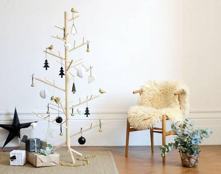 деревянная елка в скандинавском интерьере дома