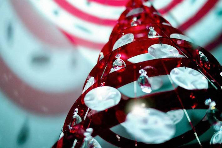 красная новогодняя елка в интерьере дома фото
