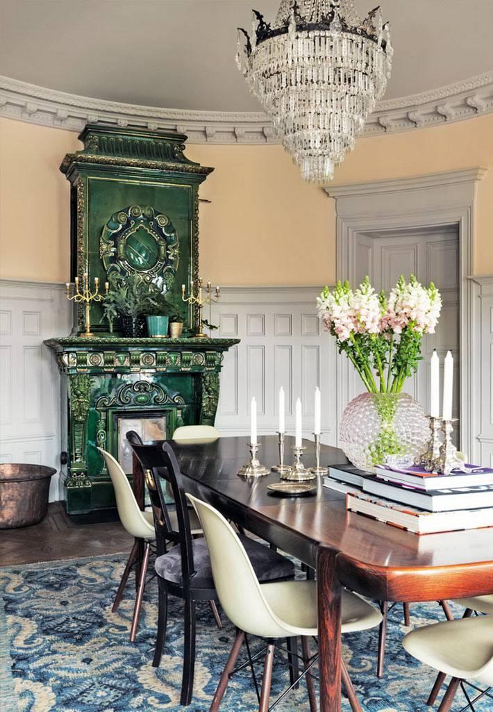красивая квартира с зеленым резным камином