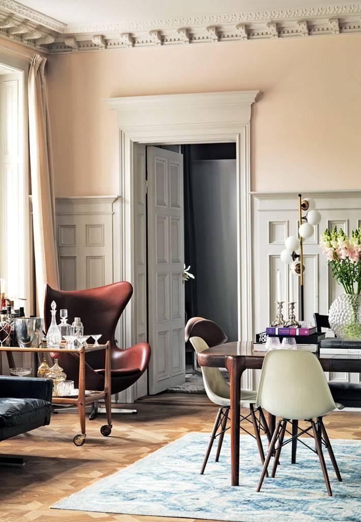 пастельные тона в интерьере квартиры с камином