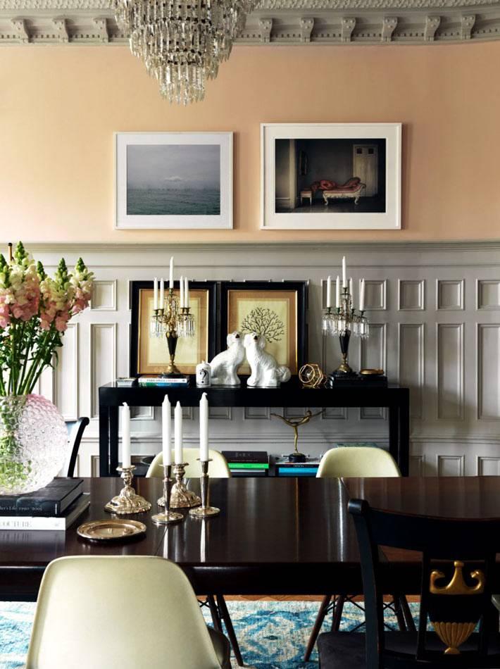 деревянные панели и хрустальная люстра в дизайне квартиры