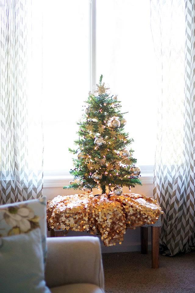 нарядная мини-елка в доме фото
