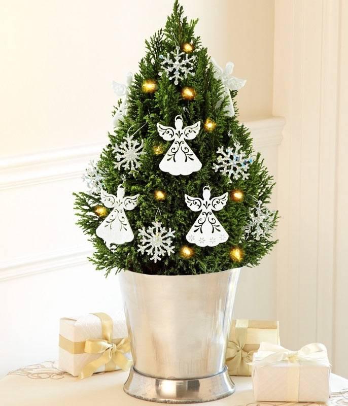 красивое украшение маленькой елки в ведре