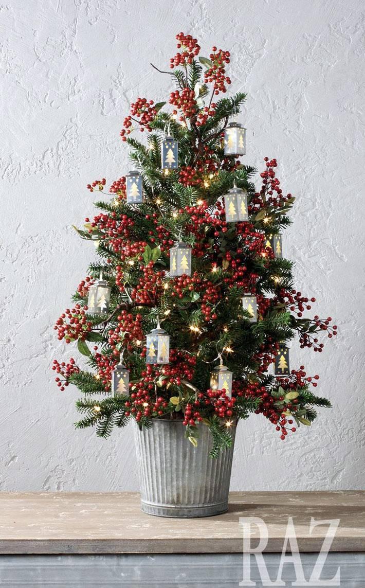 оригинальное украшение маленькой елки ягодами на новый год