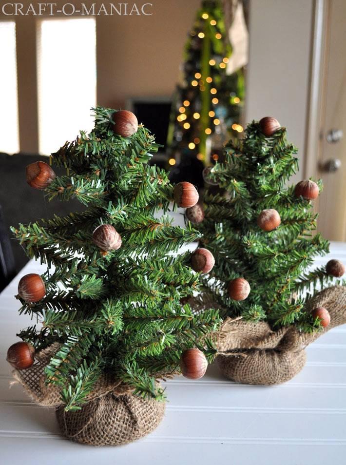 новогодние мини-елки с орехами и в мешковине фото