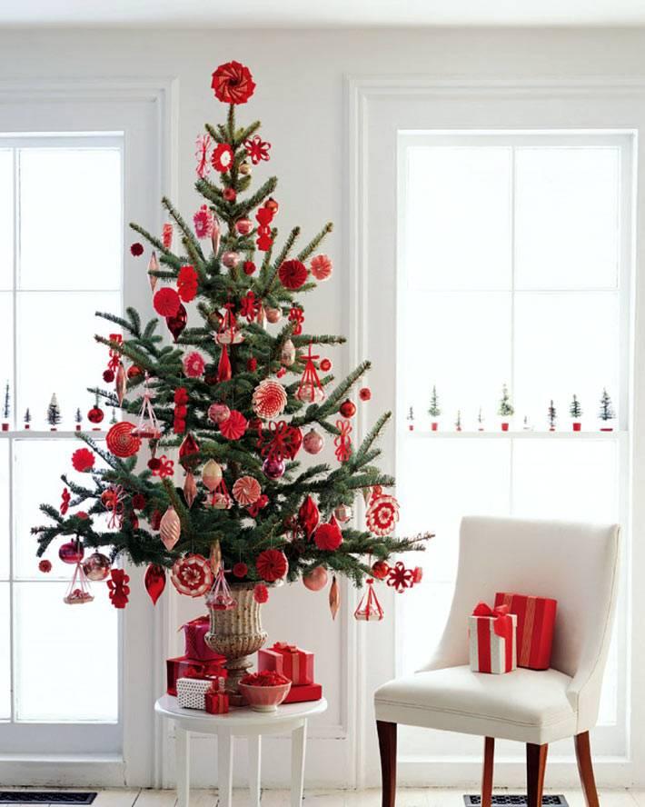 небольшая новогодняя елка с красными самодельными украшениями