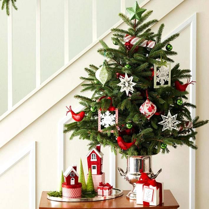 маленькое новогоднее дерево в вазе с украшениями из снежинок