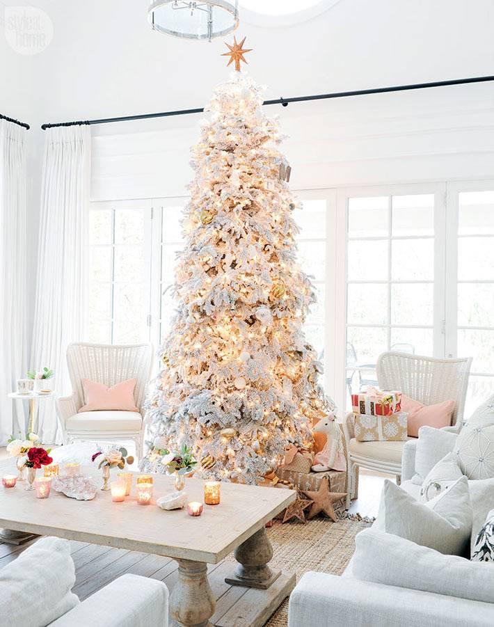 красивая белая елка в белом интерьере фото