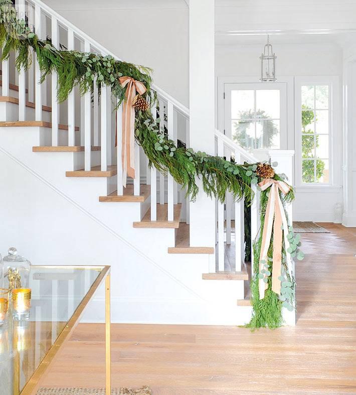 красивое украшение лестничных ступенек хвоей и бантами