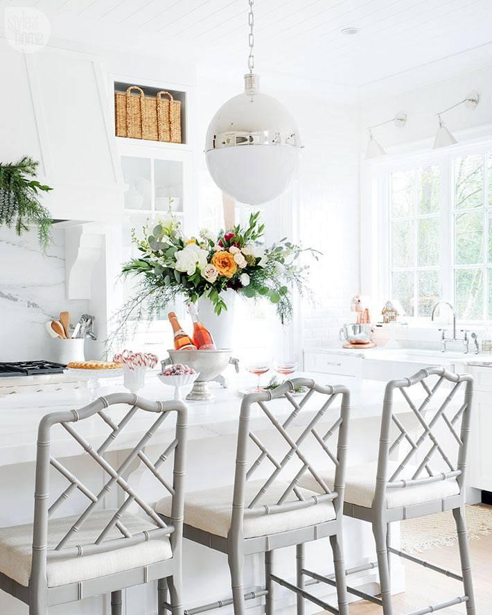 новогодняя сервировка стола с белыми стульями фото