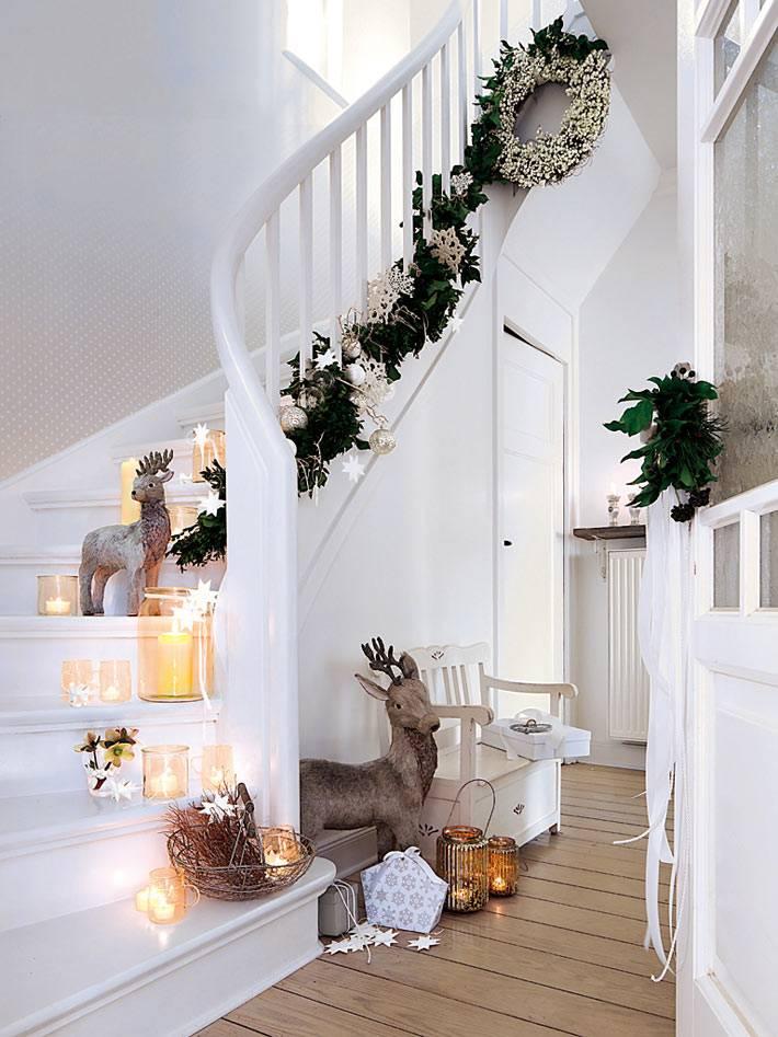 красивая белая лестница с новогодним декором и свечами