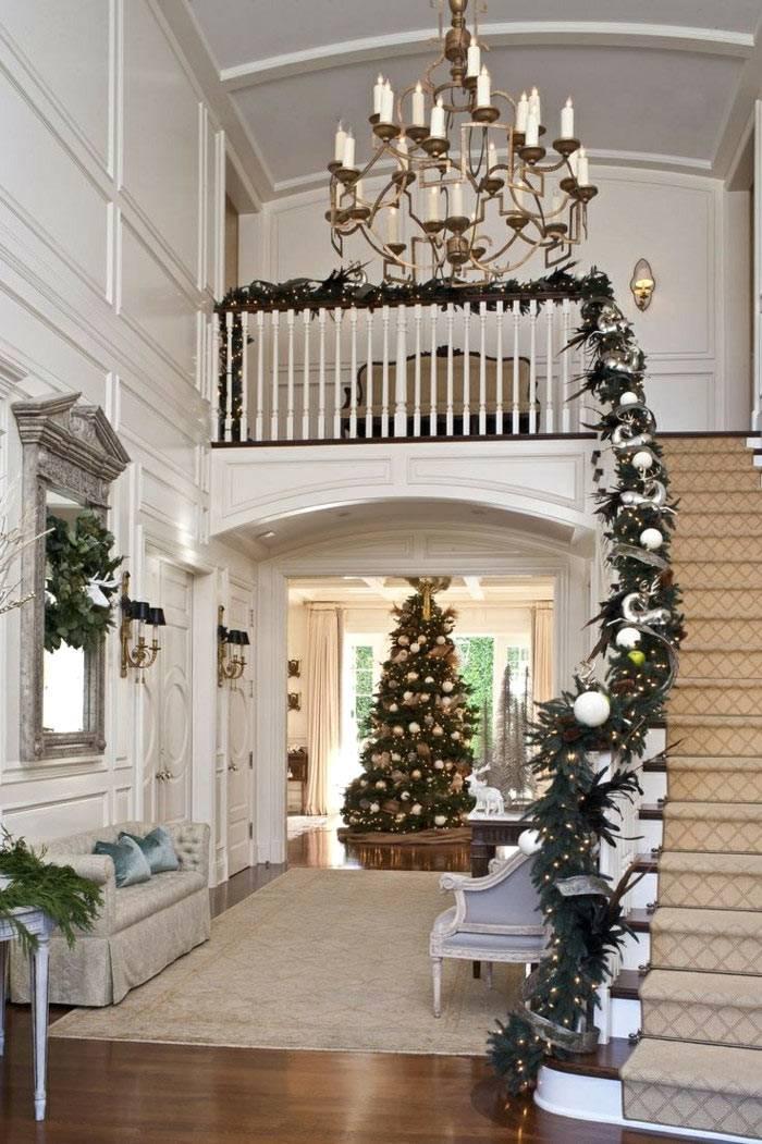 красивое новогоднее оформление лестницы хвойными ветками